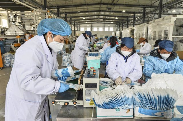 21 February 2020, China, Bingzhou: Workers operate on the production line of medical supplies at Haiyang dynasty textile co, amid the outbreak of the coronavirus. Photo: Gao Qimin/SIPA Asia via ZUMA Wire/dpa