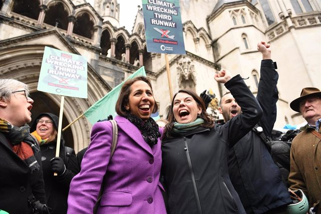 dpatop - 27 February 2020, England, London: Campaigners against the expansion of Heathrow Airport cheer outside the Royal Courts of Justice in London after the plans for the Heathrow airport expansions have been ruled illegal by the court of appeal. Photo