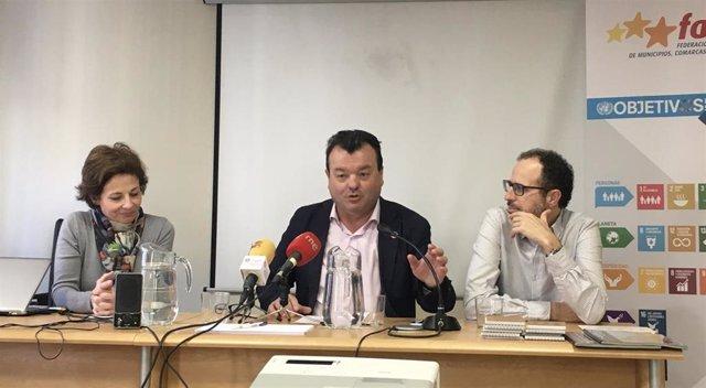 El presidente de la Federación Aragonesa de Municipios, Comarcas y Provincias (FAMCP), Luis Zubieta, el director general de Desarrollo Rural de Gobierno de Aragón, Jesús Nogués y la coordinadora del centro de Desarrollo Somontano, Paloma Fábregas