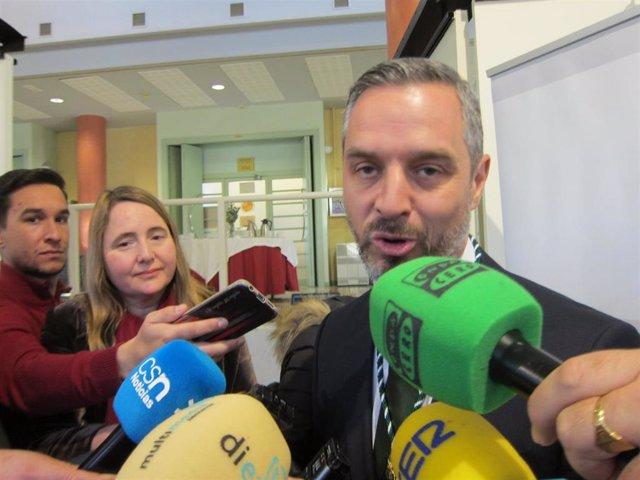 El consejero de Hacienda, Industria y Energía, Juan Bravo, durante las declaraciones a la prensa