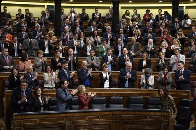 Diputados del Congreso de los Diputados aplauden a la ministra de Hacienda y portavoz del Gobierno, María Jesús Montero, tras aprobarse en el Pleno la senda de estabilidad para 2020 y el período 2021-2023