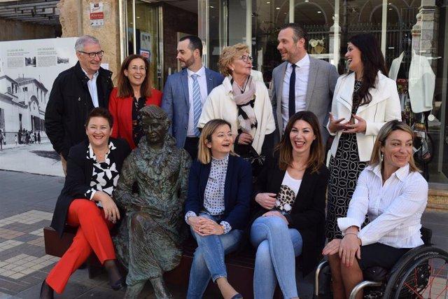 Diputados del PP junto a la escultura de la escritora Carmen Conde, primera mujer en formar parte de la Academia de la Lengua Española