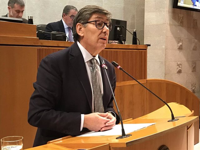 El vicepresidente del Gobierno aragonés, Arturro Aliaga, durante la sesión plenaria