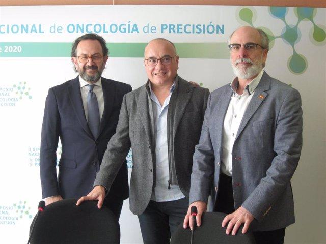 Los oncólogos Sergio Vázquez, Martín Lázaro y Joaquín Casal antes de participar en la rueda de prensa