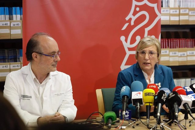 La consellera de Sanidad, Ana Barceló, y el gerente del Hospital de La Plana, Miquel Rovira, en la rueda de prensa para informar de la evolución de los dos pacientes con coronavirus en la Comunitat Valenciana.