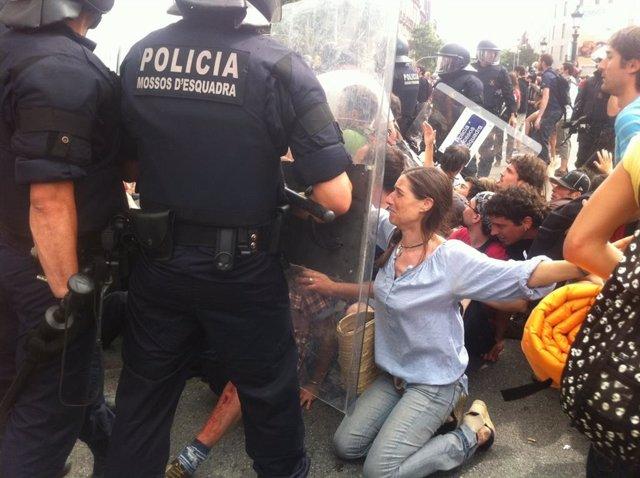 Los Mossos Cargan Contra Los 'Indignados' De Plaza Catalunya el 26 mayo de 2011