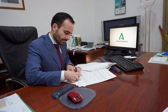 El delegado de Empleo de la Junta en Córdoba, Ángel Herrador, firmando las resoluciones