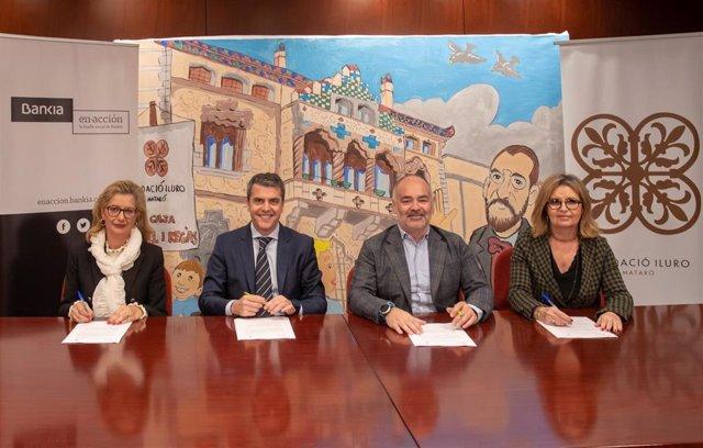 Berta Blancafort (dtora.Maresme Sur de Bankia) Miguel Capdevila (dtor.Bankia Catalunya) Pere Carles i Subir (pte.Fundació Iluro) Marta Ibarz (dtora.) firman un acuerdo en Mataró (Barcelona)