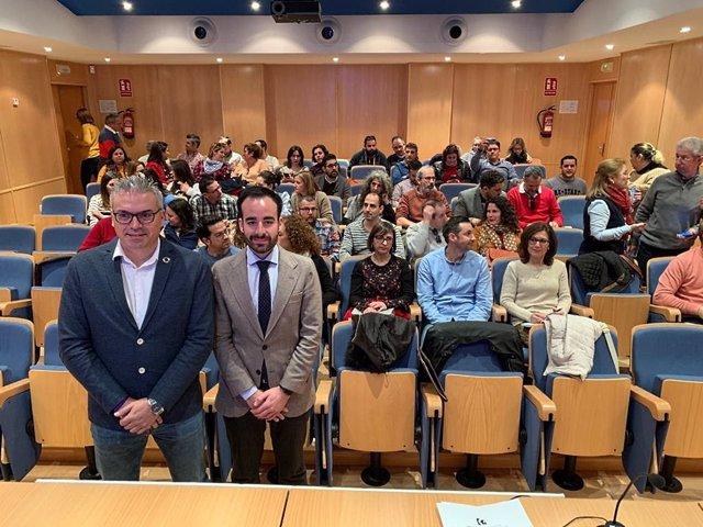 El delegado de Empleo de la Junta, Ángel Herrador (dcha.), y el delegado de Administración Electrónica de Diputación, Vinctor Montoro, en el encuentro con los técnicos del Guadalinfo