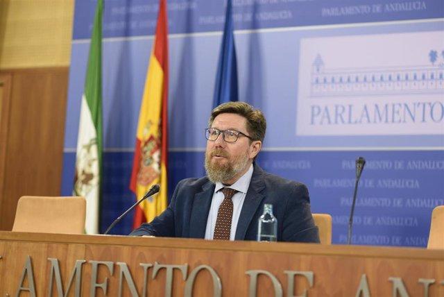 El portavoz adjunto del Grupo Socialista en el Parlamento andaluz Rodrigo Sánchez Haro, en una rueda de prensa (Foto de archivo).