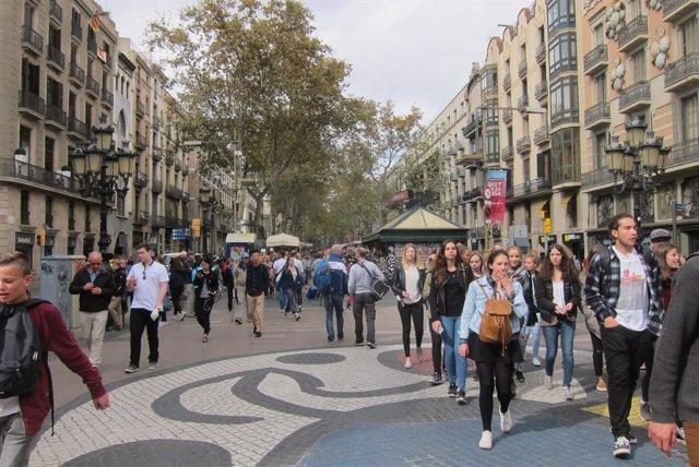 Turistaes a la Rambla de Barcelona