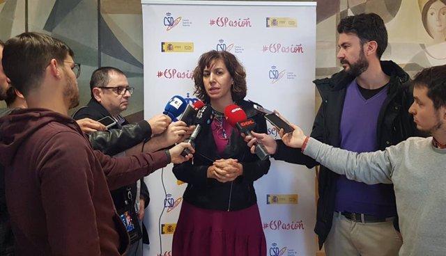 Irene Lozano atendiendo a la prensa
