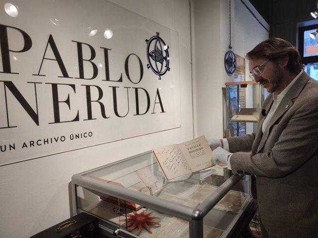 El col·leccionista Santiago Vivanco amb 'Veinte poemas de amor y una canción desesperada', del poeta Pablo Neruda, dedicat a Gabriel García Márquez.