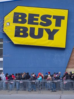 28 November 2019, US, Ankeny: Shoppers line up in front of the Best Buy store in Ankeny, as the Black Friday sales begin on the Thanksgiving Day. Photo: Jack Kurtz/ZUMA Wire/dpa