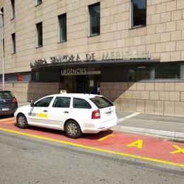 Un taxi en la puerta del servicio de urgencias del Hospital Nostra Senyora de Meritxell
