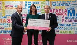 Xavier Ventura y Cristina Sales (Banco Sabadell) donan 21.000 euros a Laureano Molins (Asociación Española Contra el Cáncer AECC)
