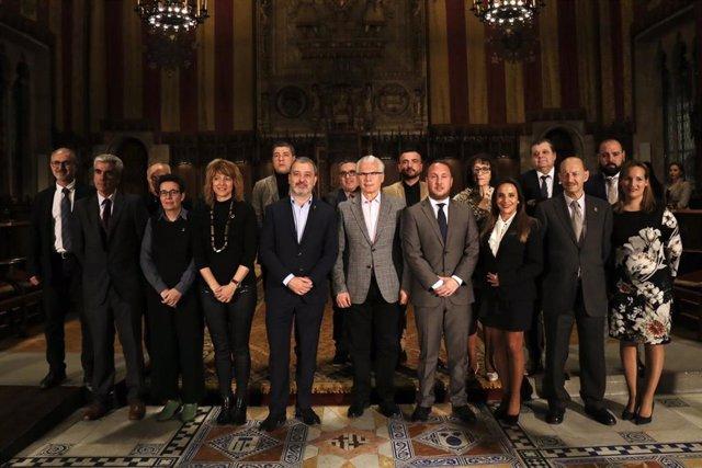 El primer teniente de alcalde de Barcelona, Jaume Collboni, junto al exjuez Baltasar Garzón, el presidente de la Federación de Entidades Culturales Andaluzas en Catalunya, Daniel Salinero, y representantes de las Casas Regionales de la ciudad.