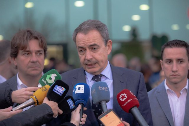 L'expresident del Govern José Luis Rodríguez Zapatero, atén als mitjans de comunicació després d'un minut de silenci per les dones assassinades, i abans de la presentació de la 'Plataforma d'Homes Feministes' de Fuenlabrada, una iniciativa que é