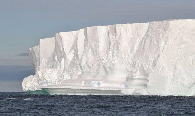 Muro de hielo en un glaciar antártico