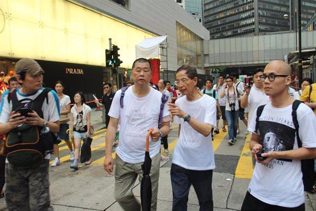 El magnate y líder opositor Jimmy Lai (izq.) durante una protesta