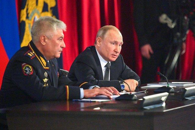 Vladímir Putin amb el ministre de l'Interior rus, Vladímir Kolokóltsev, a Moscou.