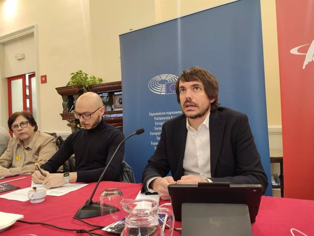 El director de l'Oficina del Parlament Europeu a Barcelona, Sergi Barrera, i l'eurodiputat dels comuns Ernest Urtasun.