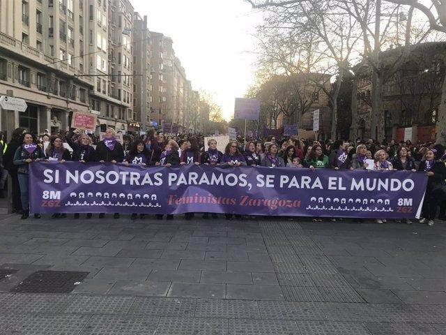 Miles de personas han participado en la manifestación de la Asamblea 8M Zaragoza.