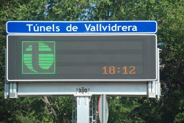 Señal de acceso a la autopista de Peaje de los Túneles de Vallvidrera, entre Sant Cugat del Vallès y Barcelona.