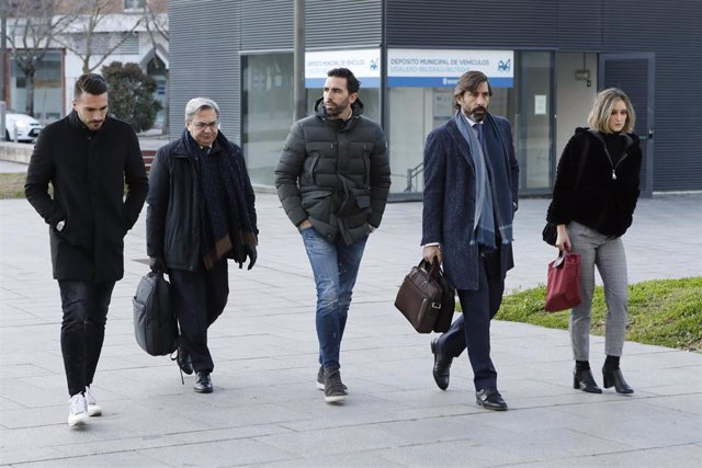 Los por entonces jugadores del Betis, Xabi Torres (1i) y Jordi Figueras (3i), a su llegada al Palacio de Justicia de Pamplona, donde comienza el juicio por  supuestos amaños de partidos en la temporada 2013-2014.