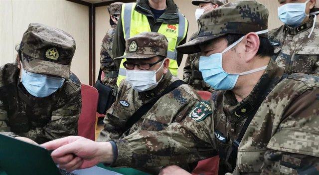 Médicos militares trabajan en el Hospital Huoshenshan ubicado en Wuhan (China), a 16 de febrero de 2020.
