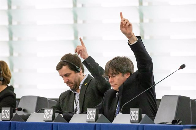 Els eurodiputats de JxCat Toni Comín i Carles Puigdemont en el ple del Parlament Europeu