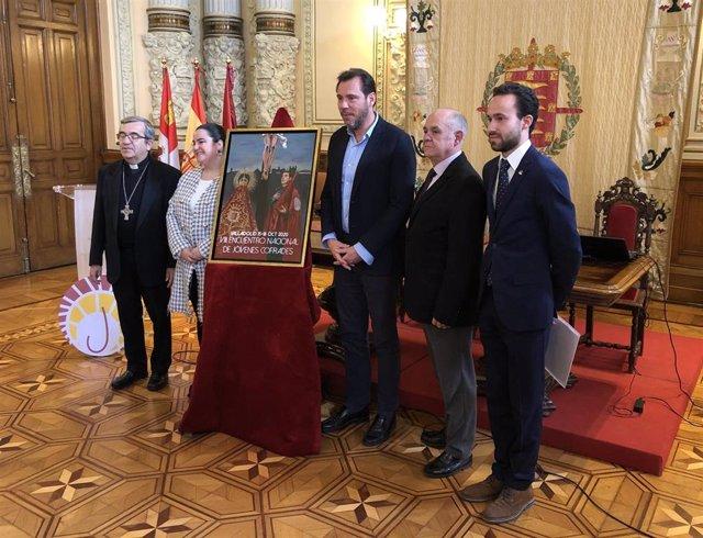 Autoridades presentan el VIII JOHC junto al cartel del mismo, obra de la sevillana Isabel Santiago.