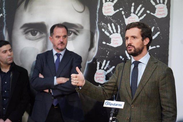 El candidato a lehendari, Carlos Iturgaiz (i) y el presidente del Partido Popular, Pablo Casado (d) interviene tras su encuentro con afiliados y cargos del PP vasco en la sede del PP de Ermua/Vizcaya (España), a 28 de febrero de 2020.