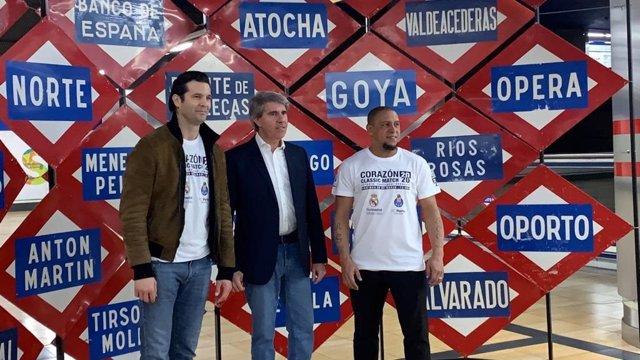 El consejero de Transportes, Ángel Garrido, junto a los exjugadores del Real Madrid Roberto Carlos y Santiago Solari en las instalaciones de Metro de Madrid.
