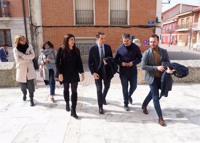 La alcaldesa de Renedo, Raquel González, junto al presidente de la Diputación, Conrado Íscar (en el centro de la imagen) durante la visita al municipio.