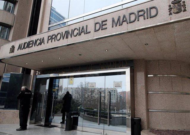 Un agente de la Policía Nacional junto a la puerta principal de la Audiencia Provincial de Madrid, a 14 de febrero de 2020.
