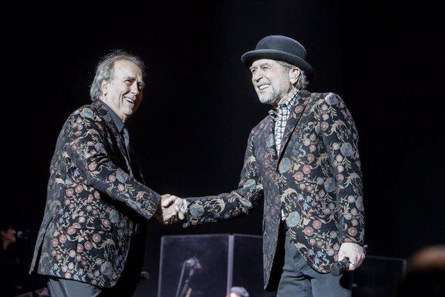 Los cantantes Joan Manuel Serrat y Joaquín Sabina se dan la mano durante su actuación en el WiZink Center de Madrid el pasado 20 de enero de 2020.