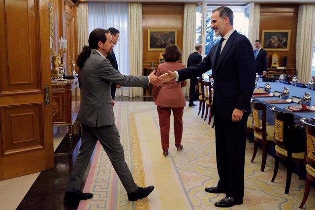 El rey Felipe VI saluda al vicepresidente del Gobierno de Derechos Sociales y Agenda 2030, Pablo Iglesias, momentos antes de empezar la reunión del Consejo de Ministros deliberativo, la cual preside el Rey en la Zarzuela, Madrid, a 18 de febrero de 2020.