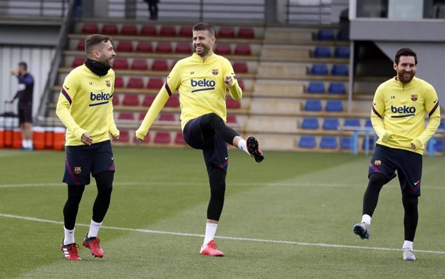 Jordi Alba, Gerard Piqué y Leo Messi en un entrenamiento del FC Barcelona