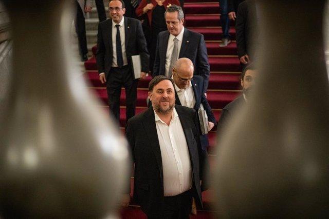 L'exvicepresident de la Generalitat, Oriol Junqueras, baixa les escales del Parlament després de les declaracions dels exconsellers davant la Comissió d'Investigació de l'aplicació del 155 a Catalunya.