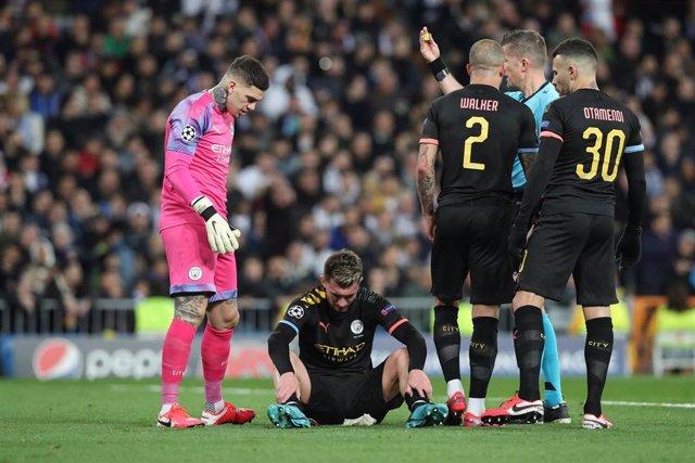 El jugador del Manchester City Aymeric Laporte se lesiona en el Bernabéu