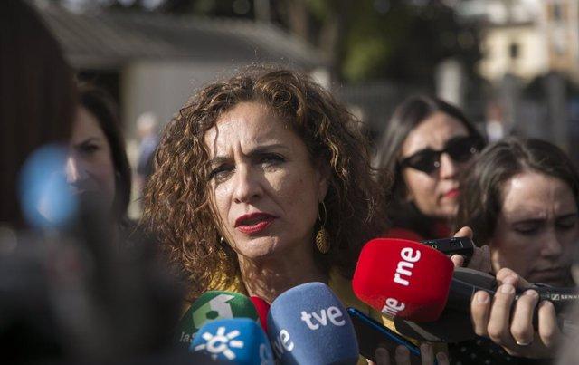 La ministra de Hacienda, María Jesús Montero, atiende a los medios de comunicación durante los actos conmemorativos en el Parlamento Andaluz con motivo del Día de Andalucía de este viernes.