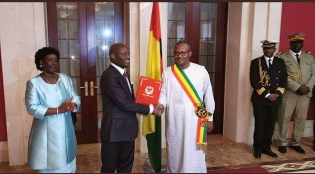 El presidente electo de Guinea-Bissau, Umaro Cissoko Embaló (d), toma posesión en presencia del mandatario saliente, José Mario Vaz