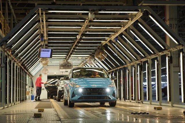 Imagen de la producción del i10 de Hyundai. Fábrica de coches. Recurso de ensamblaje de vehículos.