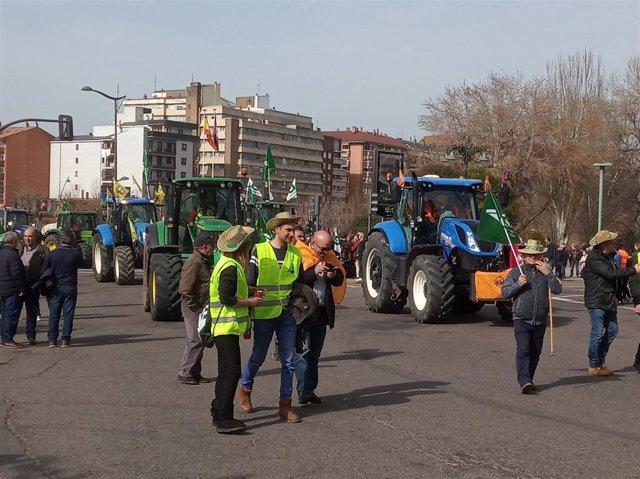 Casi 800 tractores y más de 2.500 agricultores inundaron las calles de León para reivindicar el futuro del sector agrícola y ganadero.
