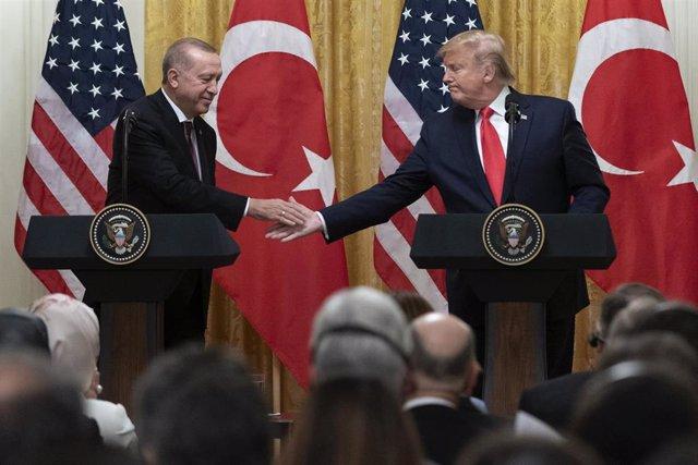 Los presidentes de Turquía, Recep Tayyip Erdogan (i), y Estados Unidos, Donald Trump (d)