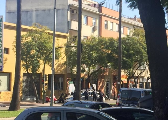 Agentes de la Policía Nacional ante la sucursal bancaria atracada con rehenes dentro