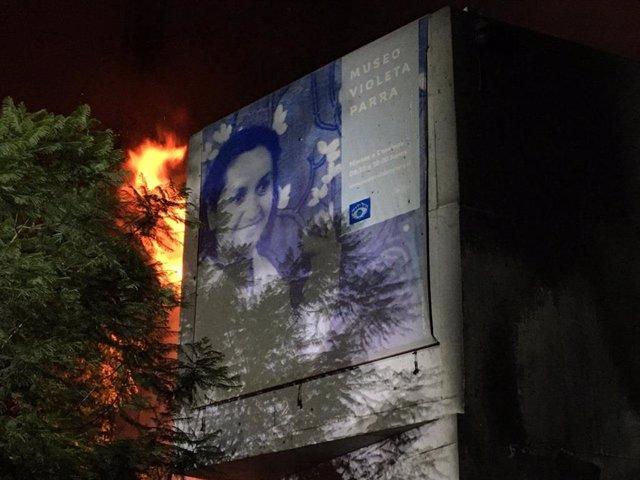 Un incendio afecta al Museo Violeta Parra en Santiago de Chile.