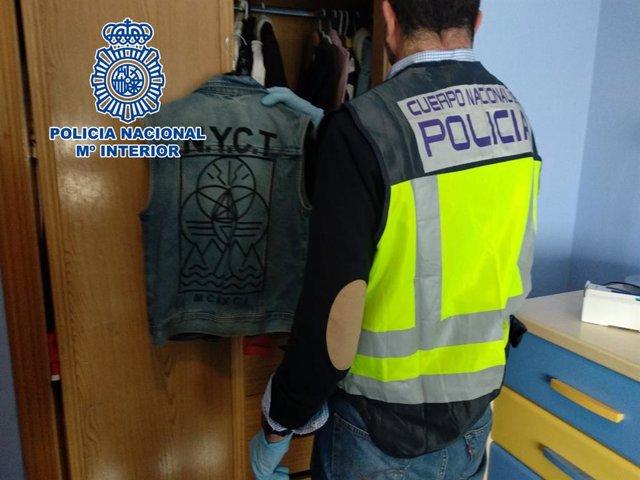 Agente de Policía Nacional realiza un registro domiciliario