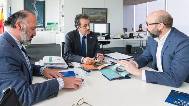 El consejero de Industria de Cantabria, Francisco Martín (centro), el fundador de la empresa Sayme, Alfonso Murat (derecha), y el director de Sodercan, Javier Carrión (izda)